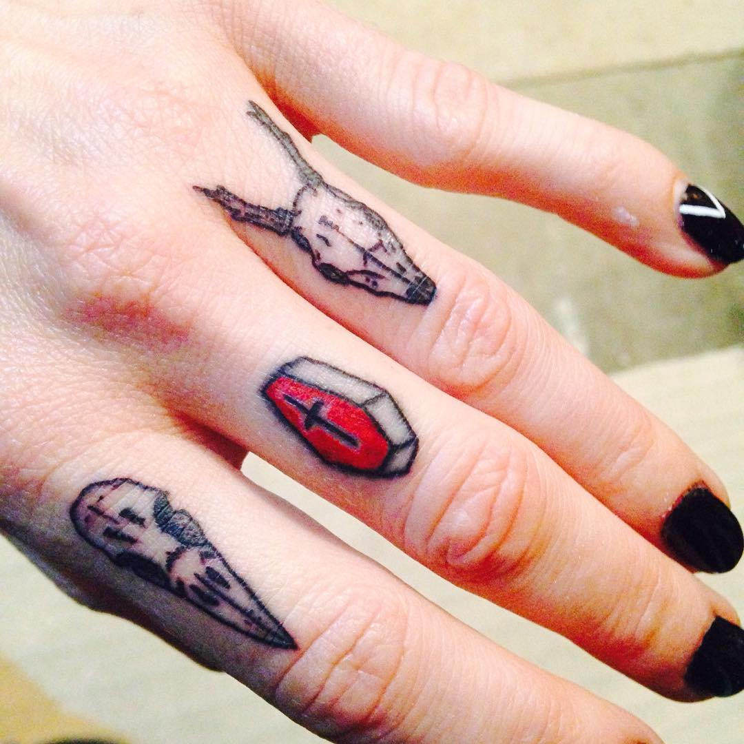 Deer-Skull-Tattoos-on-Knuckle