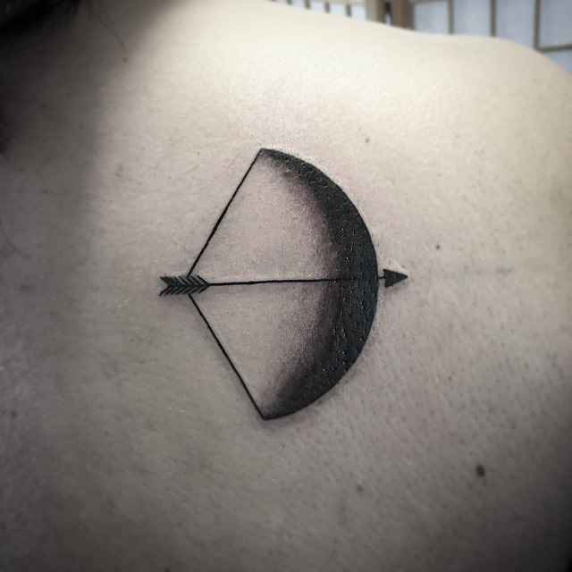 black-and-grey-bow-arrow-tattoo-shoulder